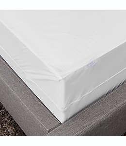 Protector de colchón queen de vinilo Simply Essential™ a prueba de agua