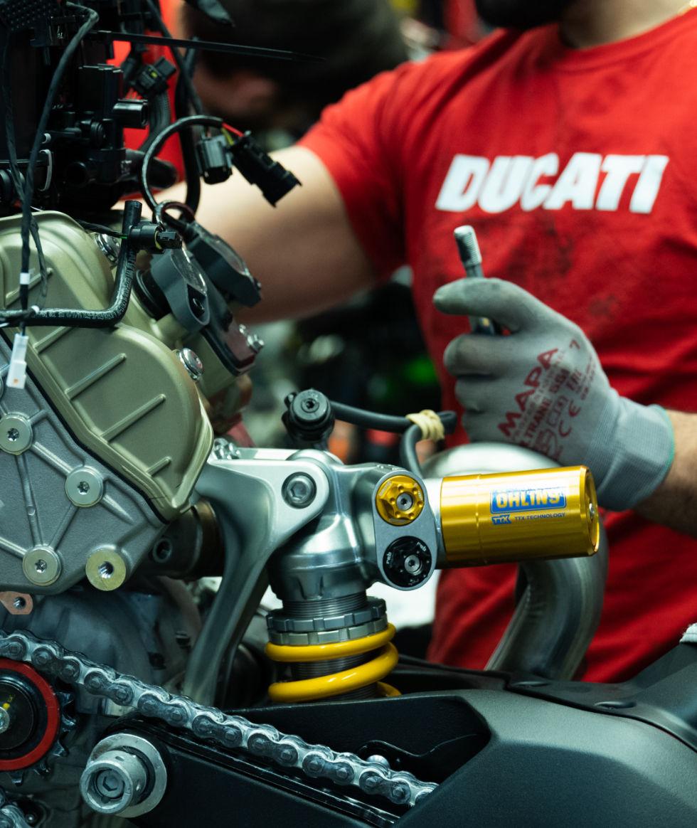 Инженеры Ducati за работой над мотоциклом