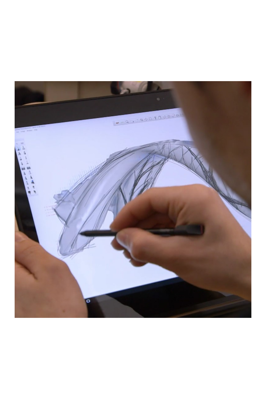 Ein Designtechniker von MX3D arbeitet mit dem Lenovo ThinkPad P40 Yoga.