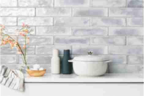 Neutral kitchen tile backsplash