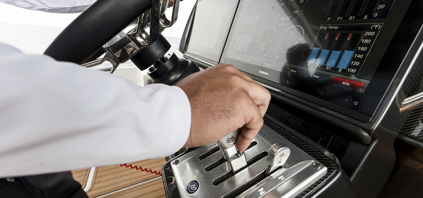 Hands boat Mercury Digital Throttle Shift GPS