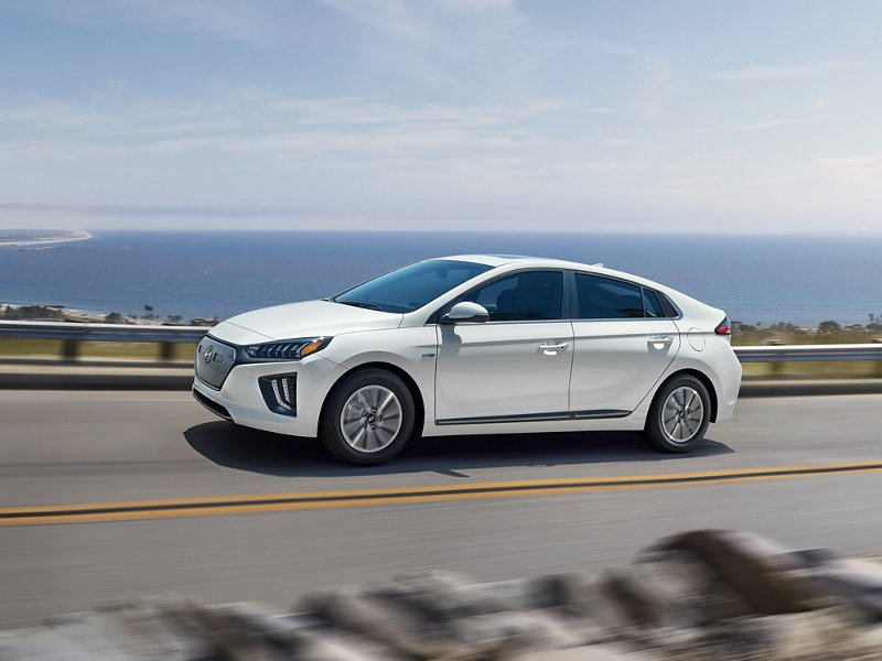 Ioniq Electric 2020 en Ceramic White junto al mar