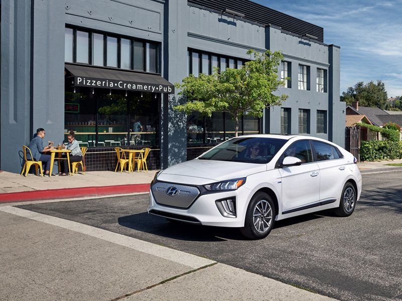 Ioniq Electric 2020 en Ceramic White estacionado frente a un café