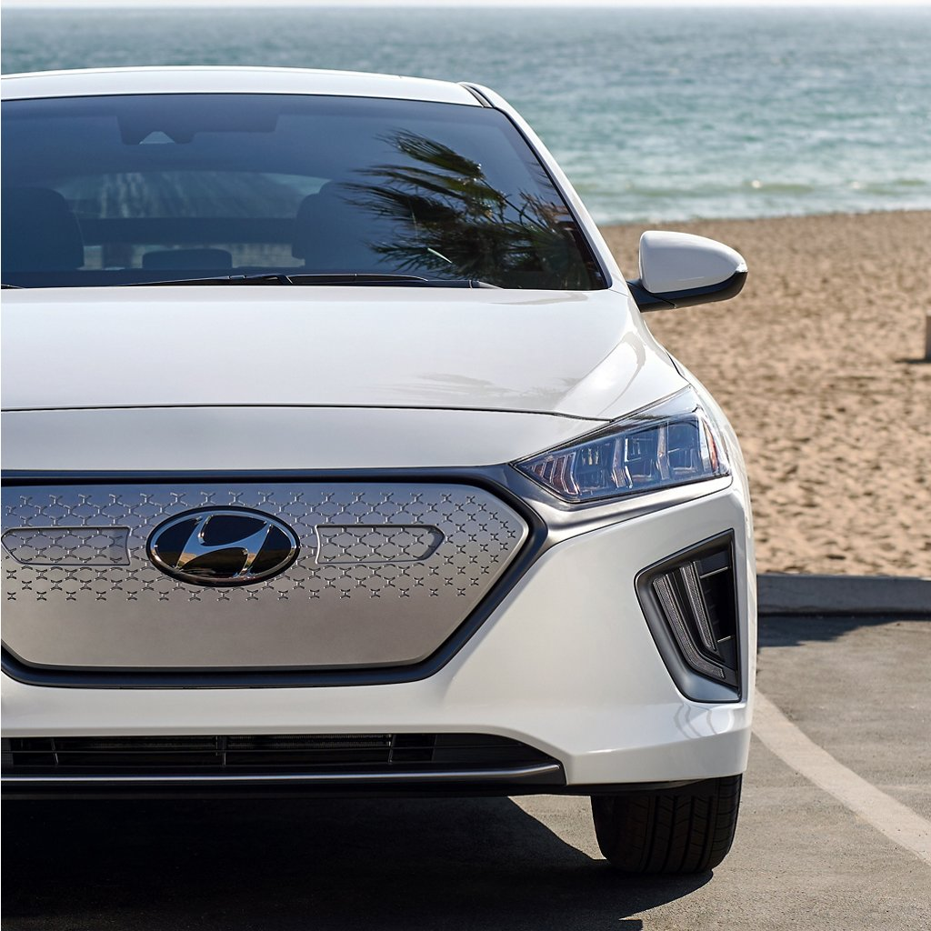 Ioniq Electric 2020 estacionado en la playa