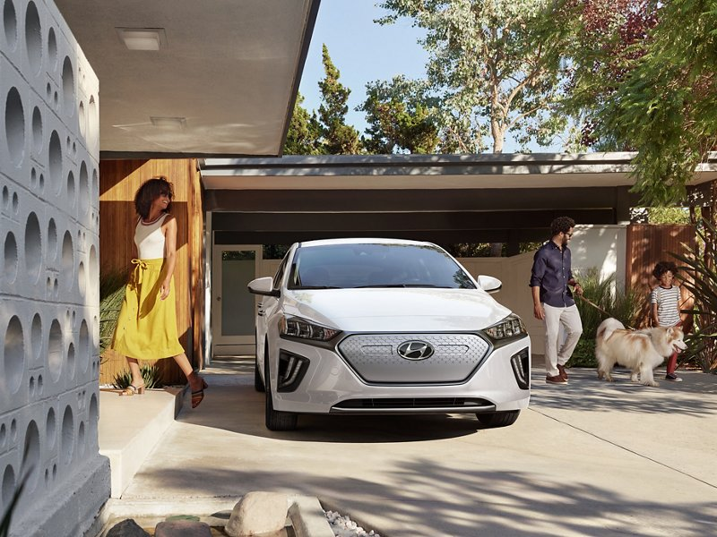 Ioniq Electric 2020 en Ceramic White estacionado frente a una casa