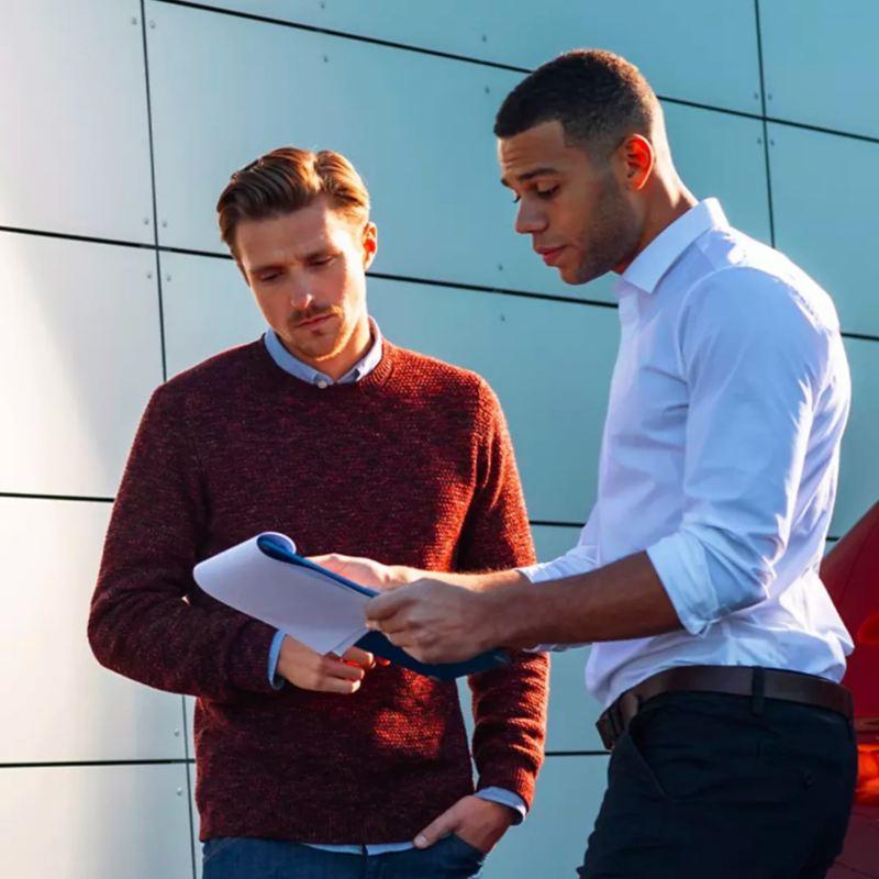 Dos hombres revisan un contrato