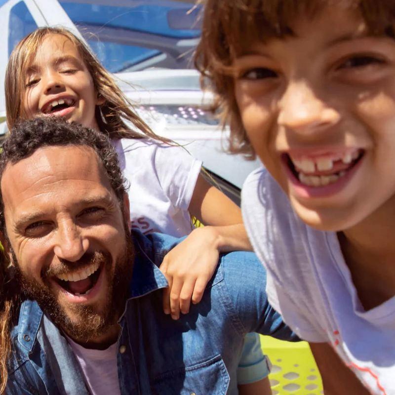 Una familia de cuatro se toma una selfie en un día soleado