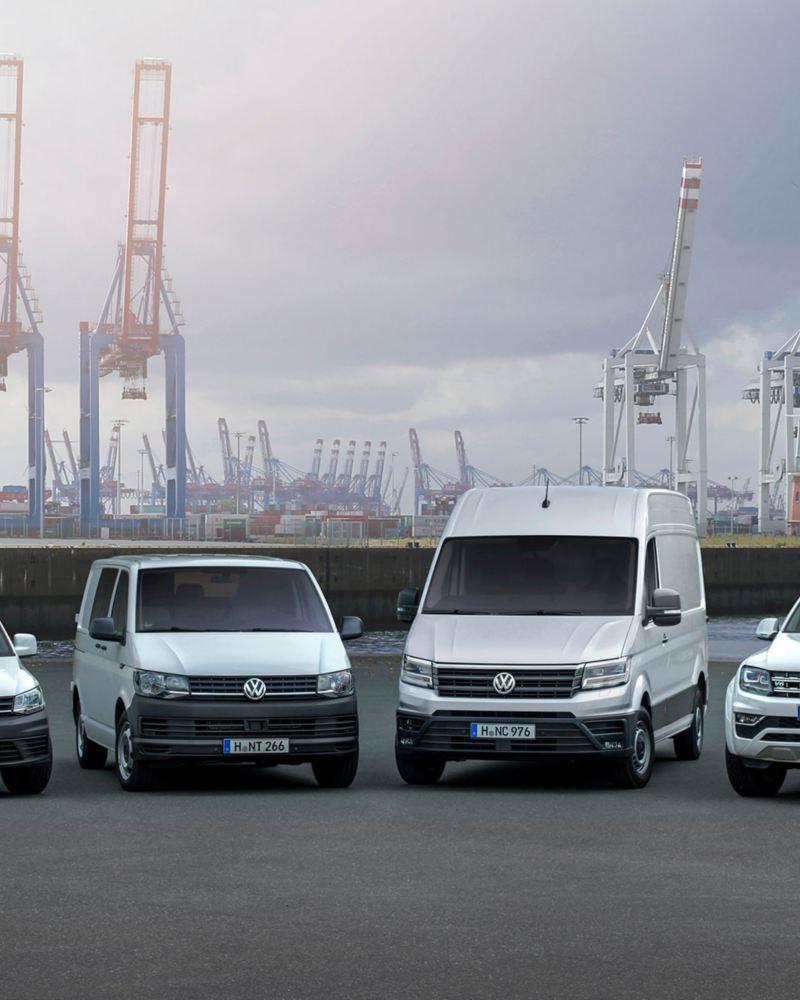 Cuatro vehículos comerciales VW en hilera
