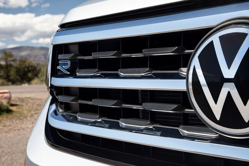 Close-up shot of the Atlas grill with VW logo and R-Line badging.