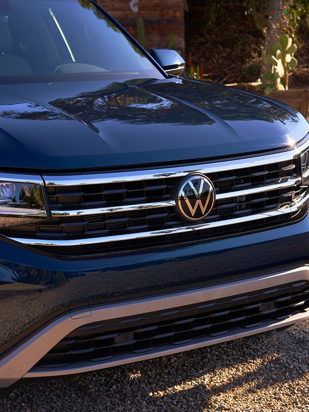 The front of an Atlas in Tourmaline Blue Metallic parked to showcase the front grille design.