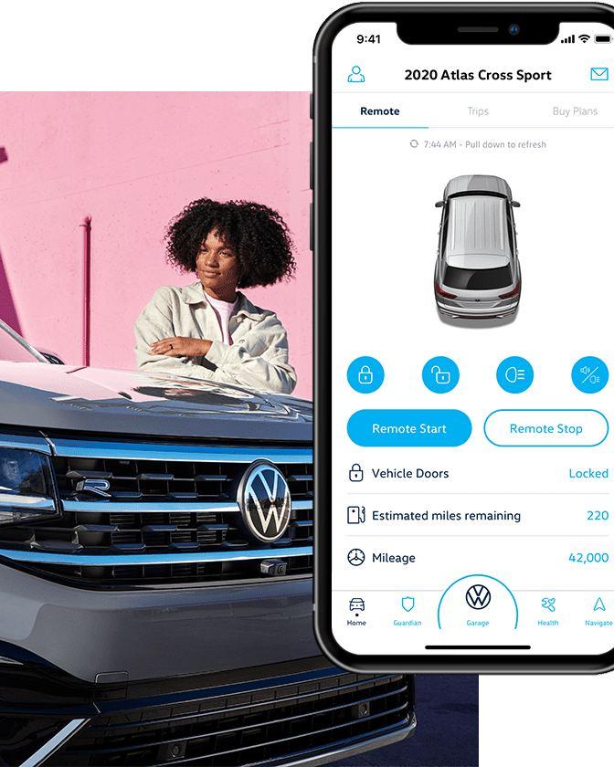 Una mujer controla su Volkswagen a través de la aplicación Car-Net®. Junto a la imagen, vemos la interfaz de la aplicación en su teléfono.