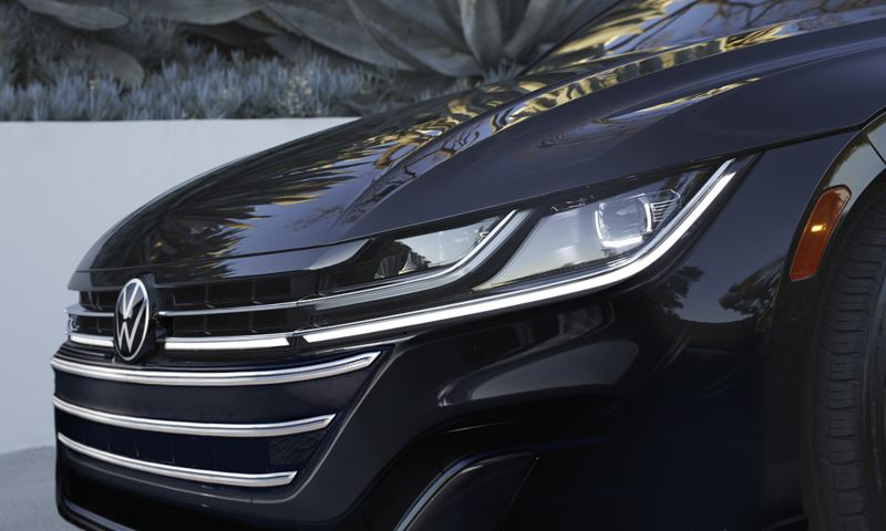 Arteon in in Deep Black Pearl; front view of a LED headlight with Daytime Running Lights